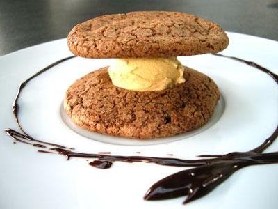 Hamburger cookies glace vanille et leur sauce chocolat