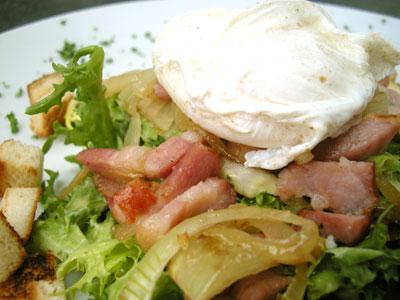 Salade frisée aux lardons et œufs pochés